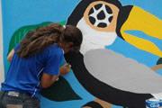 Alunos pintam painéis em referência a artistas e à Copa do Mundo