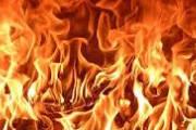 Acorda com a porta de casa pegando fogo