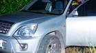 Indivíduos furam bloqueio policial e abandonam carro em estrada rural