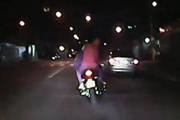 Menores tentam fugir de moto da polícia e batem em viatura