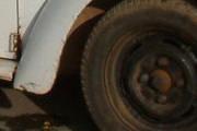 Fusca 'inabilitado' manda motociclista e passageira para o PAM