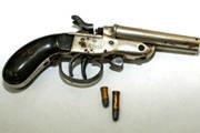 Homem é preso com duas armas de fogo