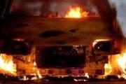 Mulher tem carro incendiado na garagem