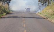 Homem provoca incêndio em vegetação de rodovia e coloca veículos em risco
