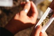 PM aborda jovens e adolescente consumindo droga em praça central