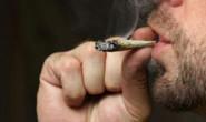 Homem é preso fumando maconha em praça