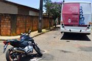 Jovem fica em estado grave após bater moto em ônibus
