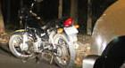 Homem agride a mãe e foge de moto