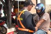 Adolescente que conduzia moto é pego em blitz