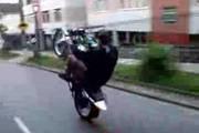 Inabilitado empina moto em via central e vai preso por direção perigosa
