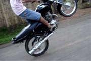 PM flagra jovem praticando direção perigosa com moto