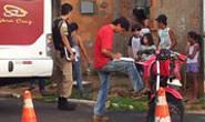 Irmãos assaltantes batem em ônibus e são presos pela Polícia Militar
