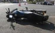 Moto bate em carro que fez manobra proibida e ocupantes ficam feridos