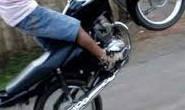 Cai ao fazer manobras com moto e sofre traumatismo craniano