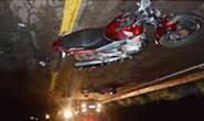 Motociclista se envolve em acidente com animais soltos na rua