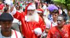 Papai Noel desfila pelo Calçadão de Araxá
