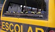 Adolescente joga pedra em ônibus escolar