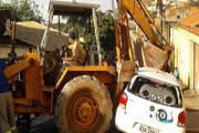 Condutor de trator bate em veículo estacionado
