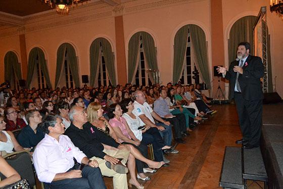 Cortella atrai mais de 800 pessoas à palestra em Araxá