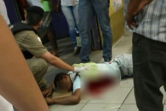 Homem é esfaqueado nas costas em frente a supermercado