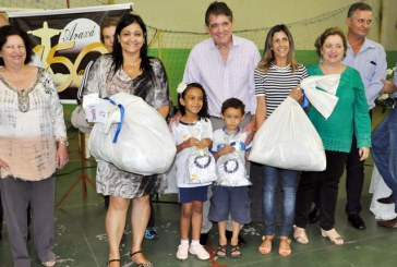 PMA entrega 8,3 mil uniformes escolares para alunos da rede municipal