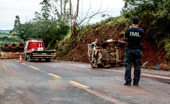 Carreta bate em traseira de carro e duas pessoas morrem na BR 262