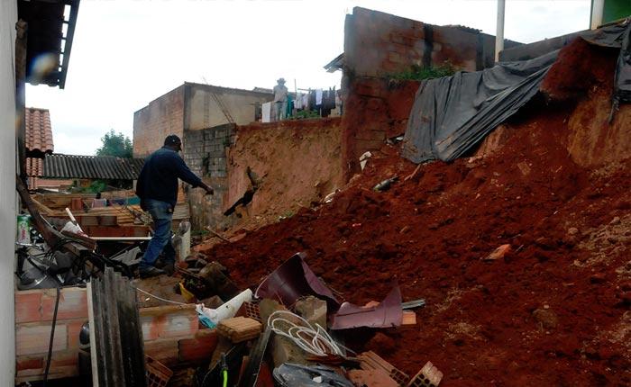 Devido a chuva, prefeitura transfere moradores de área de risco