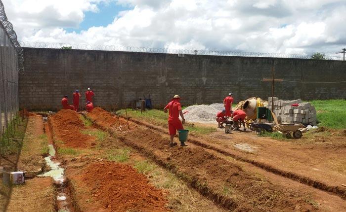 Presos constroem parlatório e salas no Presídio de Araxá