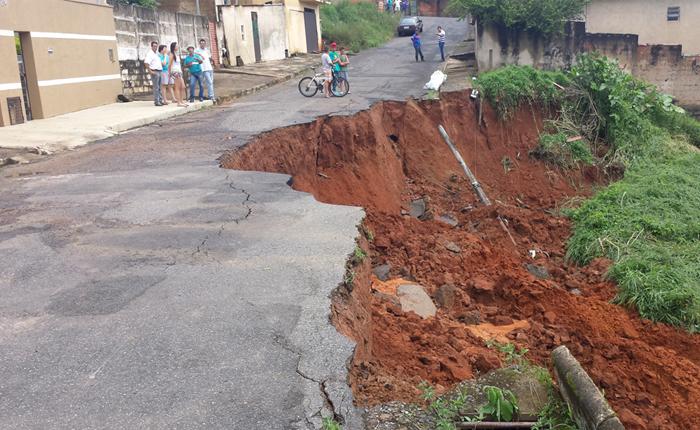 Rua do bairro Alvorada cede e preocupa moradores