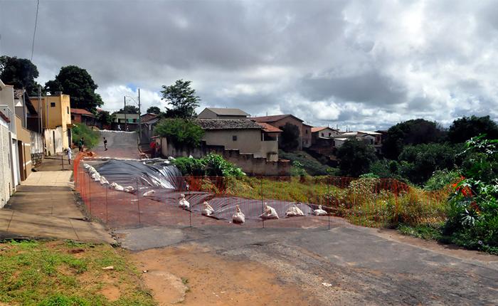 Cratera aberta no bairro Alvorada é coberta para evitar novos deslizamentos