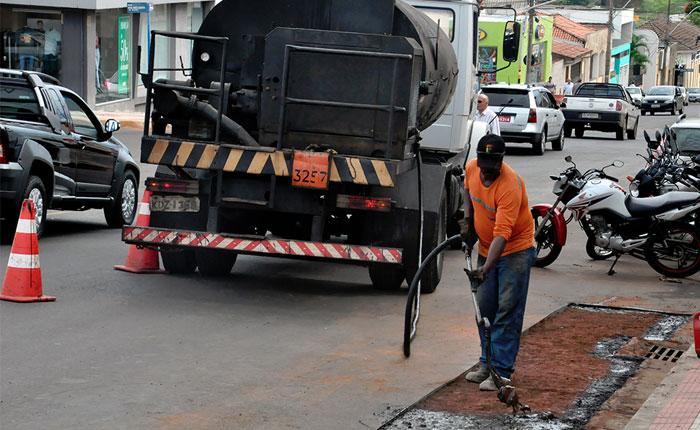 Avenidas da cidade recebem recapeamento e operação tapa buracos
