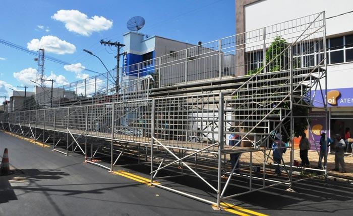 Avenida Getúlio Vargas recebe a montagem da estrutura para o carnaval 2016