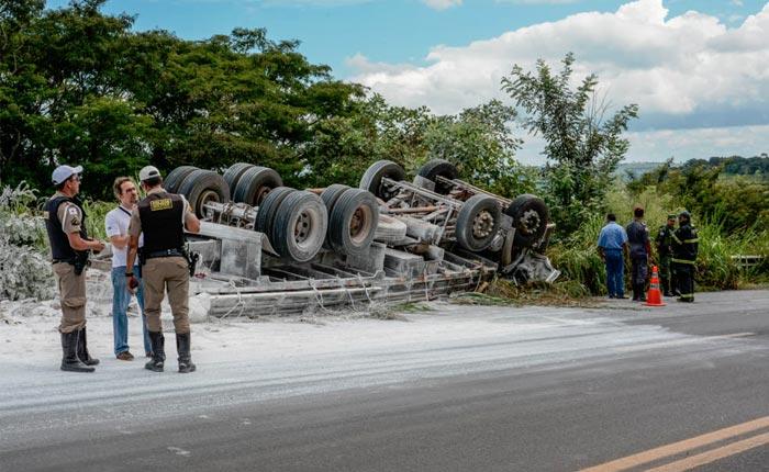 Homem de 28 anos perde a vida em grave acidente na curva do Bambu na BR 452