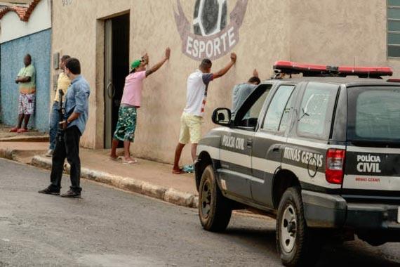 Quatro suspeitos são presos por tráfico de drogas e assalto a mão armada