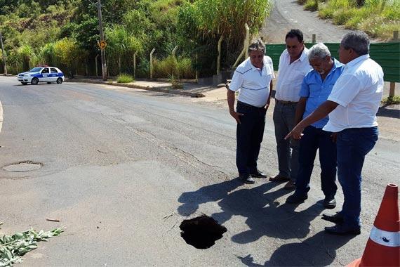 Buraco é formado na Dâmaso Drumond e avenida tem trecho interditado