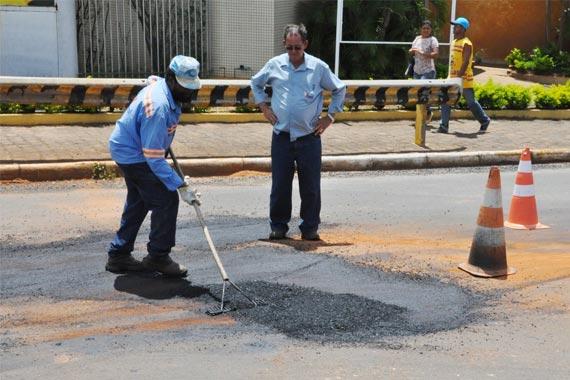 Bairros Salomão Drummond e Alvorada recebem operação Tapa-buracos