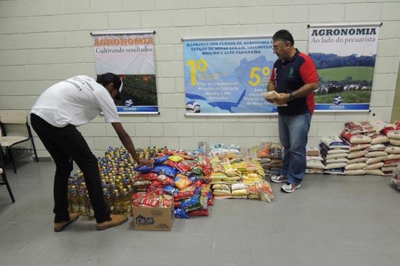Alunos de Agronomia do Uniaraxá realizam trote solidário e arrecadam alimentos para doação