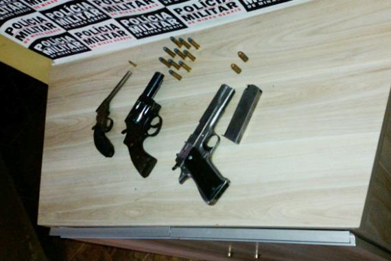 Homem e adolescente são detidos por posse ilegal de armas