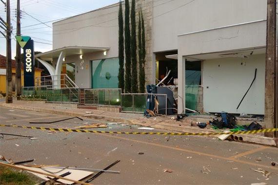 Bandidos explodem caixa eletrônico em Pratinha