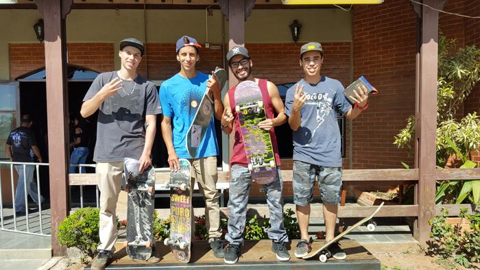 Vencedores do campeonato ao lado do organizador Rafael da Puro Skate