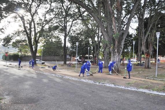 Administração contrata empresa para atuar na limpeza do município