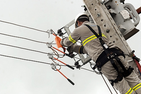 Cemig realiza manutenção na rede elétrica do bairro Vila Silvéria
