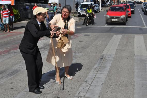 Semana Municipal do Trânsito trabalha travessia segura na faixa de pedestre