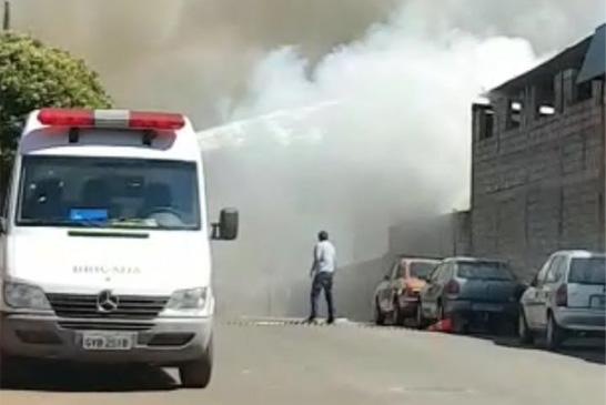 Incêndio destrói 180 veículos em depósito desativado no bairro Silvéria