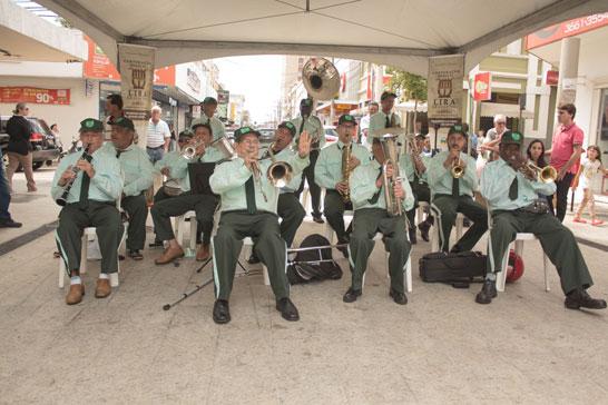 Banda Lira Araxaense realiza apresentações pela cidade