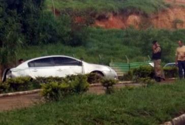 Motorista fica ferido após capotamento na avenida Dâmaso Drummond