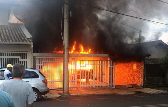 Incêndio destrói automóvel e motocicleta em garagem residencial