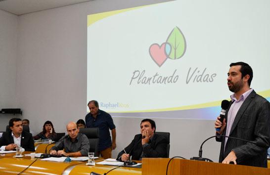 """Raphael Rios apresenta projeto """"Plantando Vidas"""", que visa o plantio de uma árvore para cada criança nascida em Araxá"""