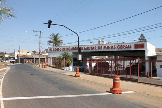 Prefeitura instala semáforo em frente ao Corpo de Bombeiros