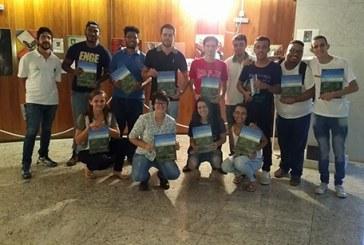 Alunos de Engenharia Ambiental do Uniaraxá participam de lançamento de livro